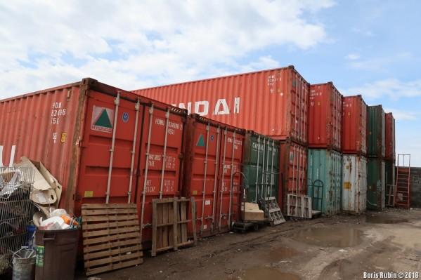 Склад старых контейнеров