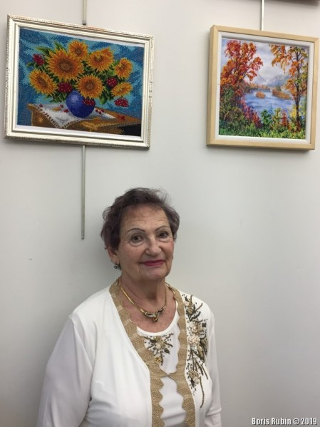 Мария Абросимова у своих работ