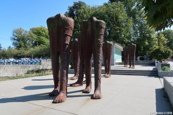 «Walking Figures» Магдалены Абаканович
