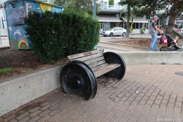 Скамейка на паровозных колесах