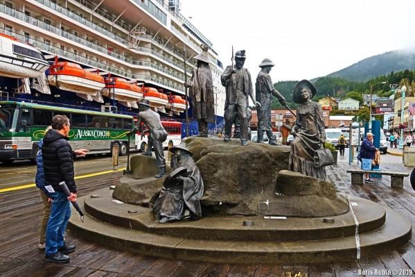 Скульптурная композиция в порту Кетчикана