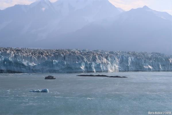 Двухпалубный кораблик на фоне ледника