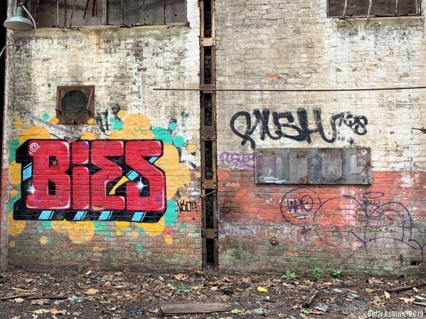 Граффити на стенах бывшего склада