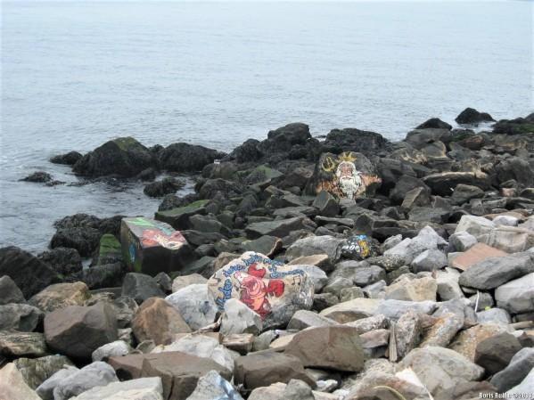 Граффити в стиле керек на прибрежных камнях в Бенсонхёрсте