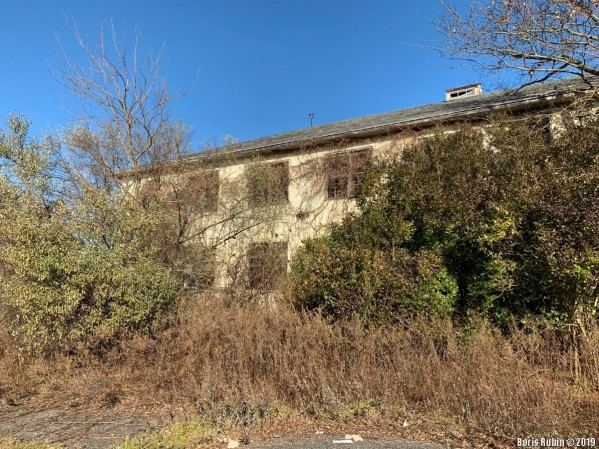 Один из заброшенных домов