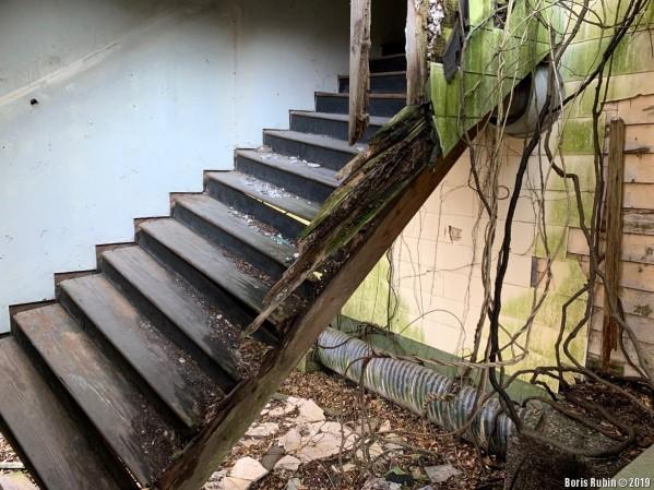 Полуобрушившаяся лестница