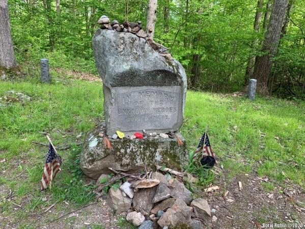 Памятный камень на кладбище в парке