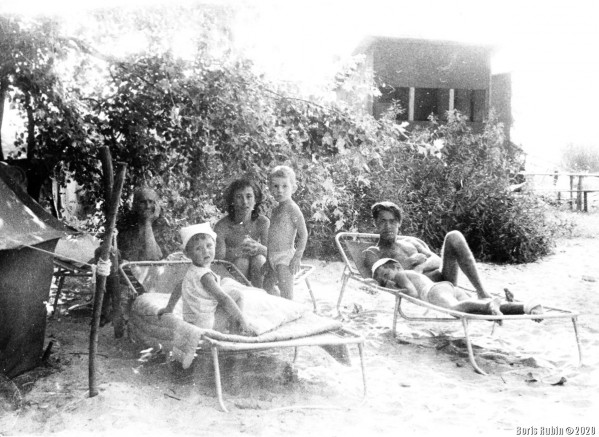 Отдых на берегу Днепра, 1966