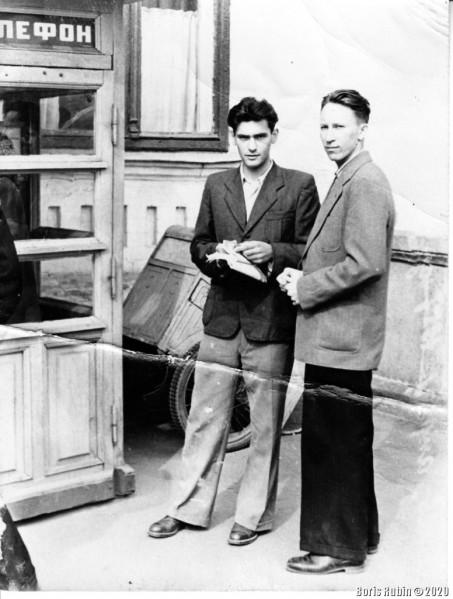 Киев, у телефонной будки, 1957