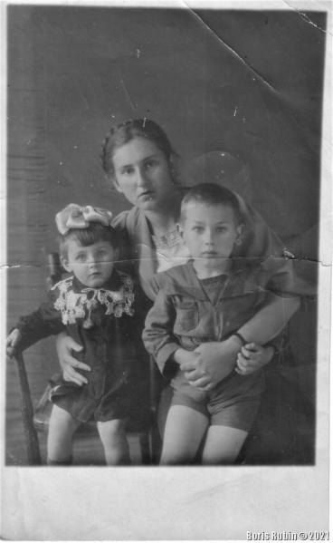 Фотокарточка из тыла, я с мамой и сестрой